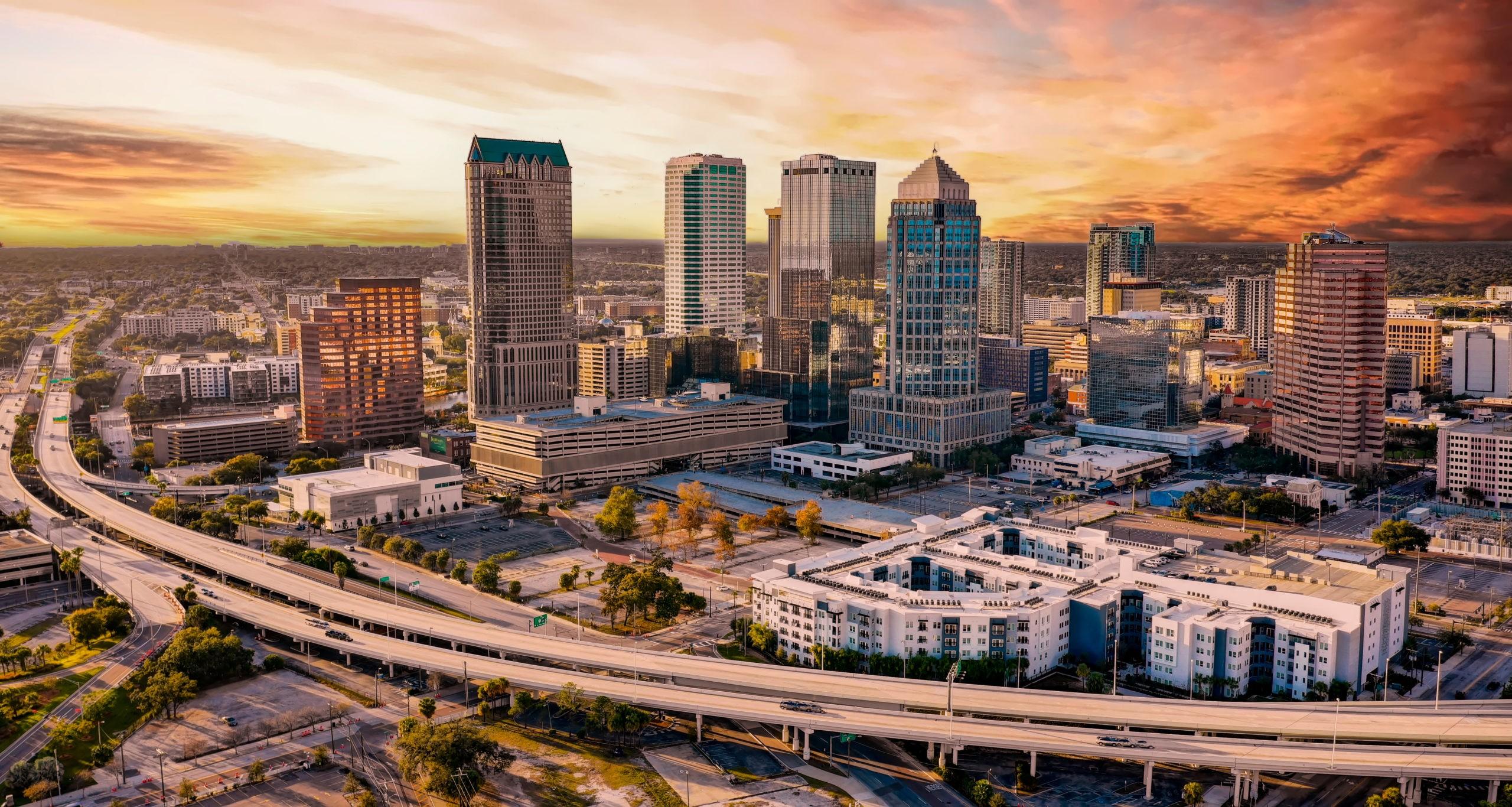 Architektura centrum miasta Tampa na Florydzie, licencja: shutterstock/By Randy Kostichka