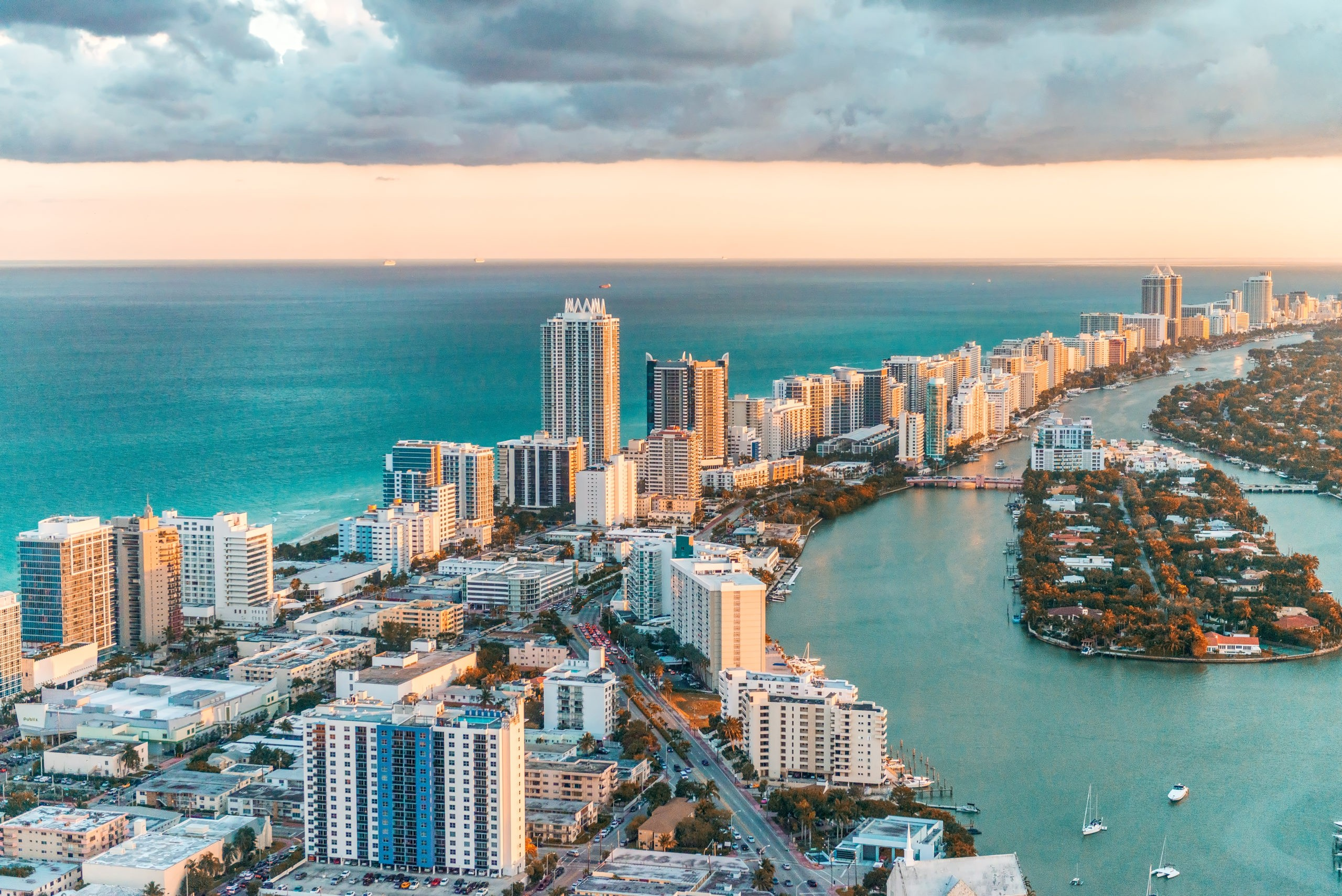 Widok z helikoptera na South Beach, Miami., licencja: shutterstock/By pisaphotography