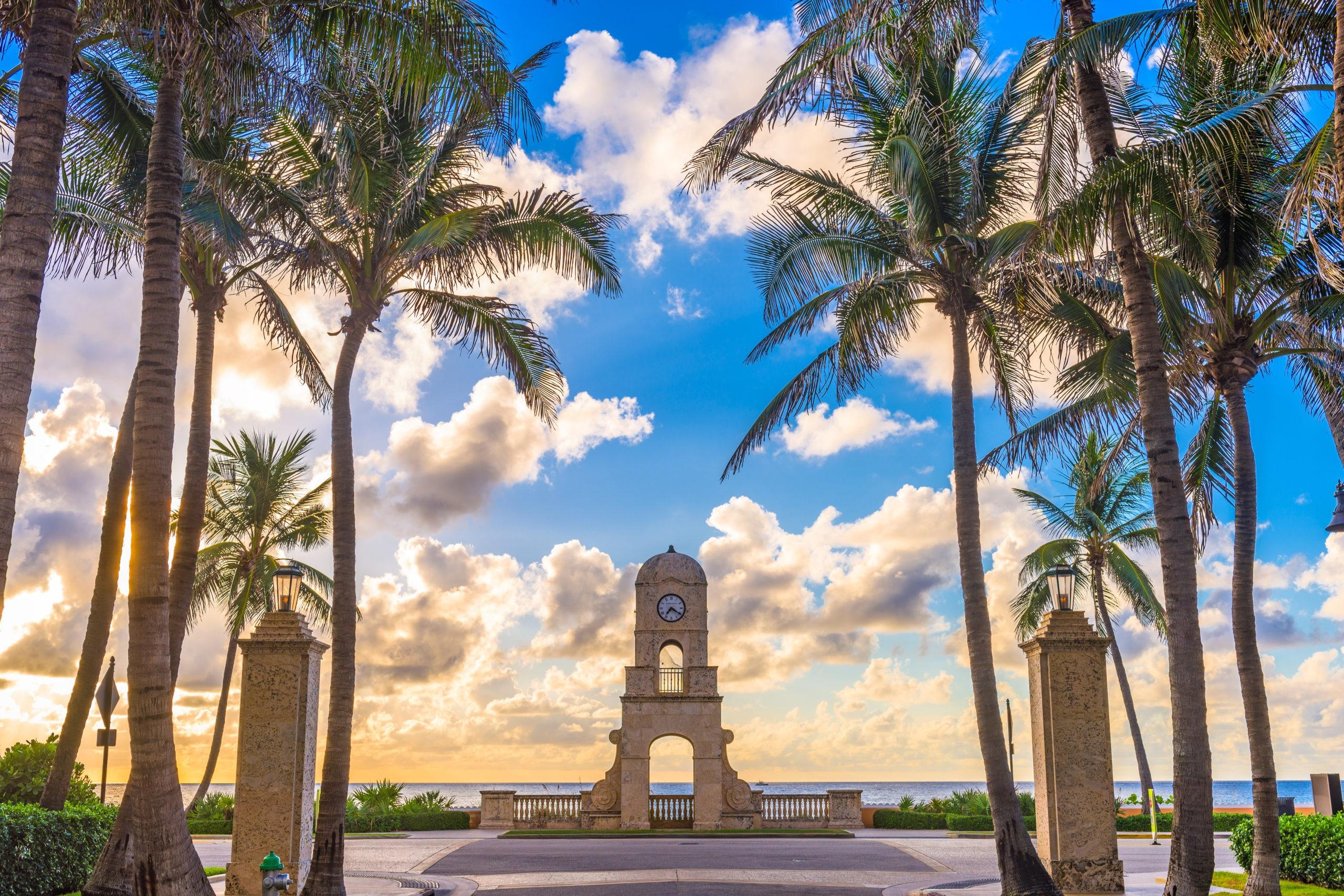 Palm Beach, Floryda, USA wieża zegarowa na Worth Ave., licencja: shutterstock/By Sean Pavone