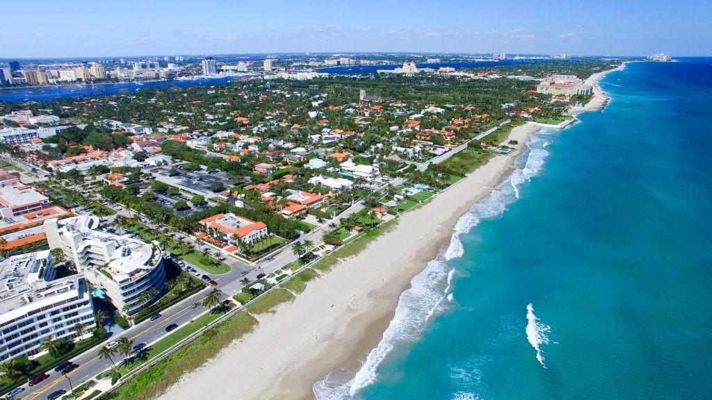 Palm Beach na Florydzie. Niesamowity widok z lotu ptaka na wybrzeże.