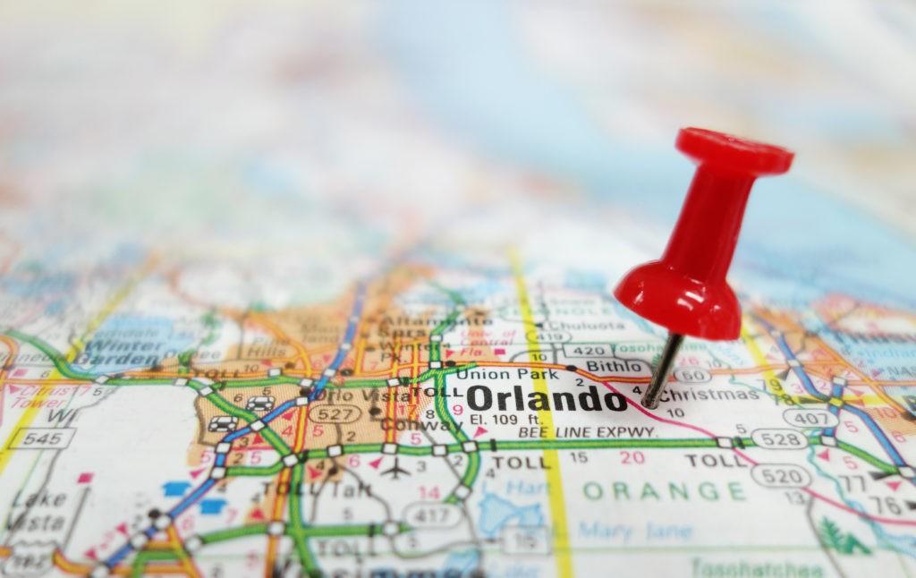 Zbliżenie mapy Orlando Florida i czerwony tack