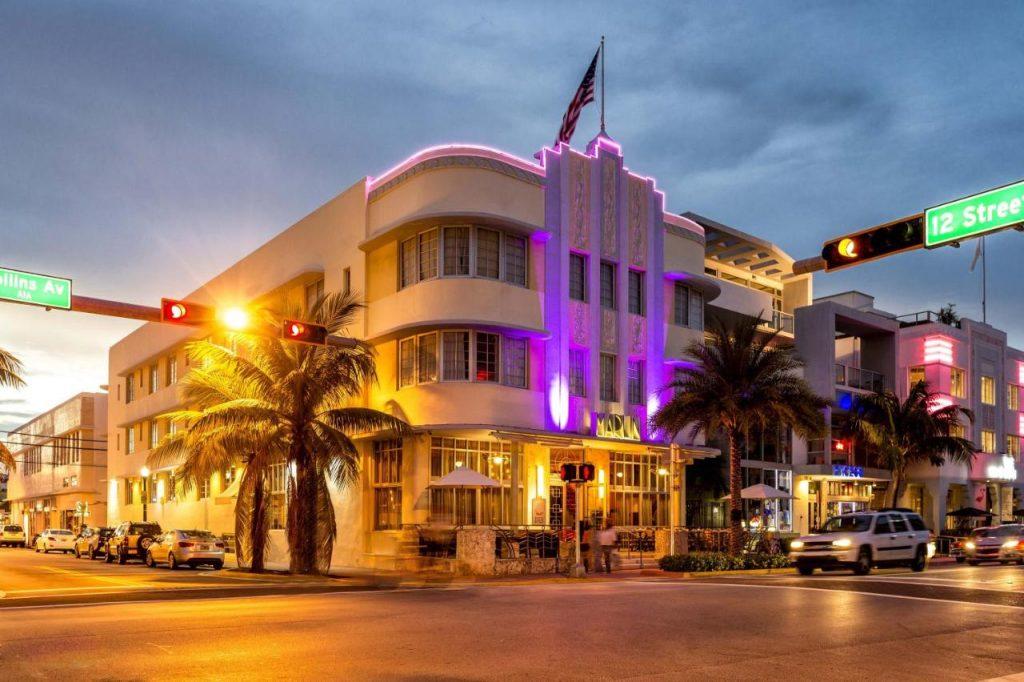 Miami Beach, Floryda, USA na Ocean Drive o zachodzie słońca.