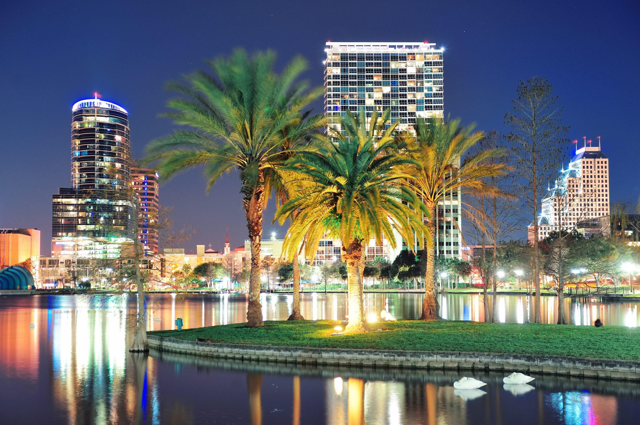 Orlando centrum panoramy panoramę nad jeziorem Eola w nocy z miejskich drapaczy chmur, tropikalnych palmy i czyste niebo.